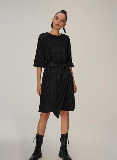 NGSTYLE Piliseli Kuşaklı Elbise Siyah
